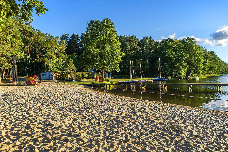 Plac zabaw na plaży nad Jeziorem Sarcz w Trzciance. Fot. Marcin Maziarz