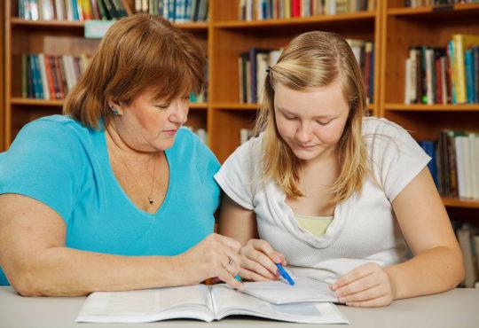 Przygotowanie do szkolnych egzaminów może być stresujące także dla rodziców. Fot. Chroma Stock
