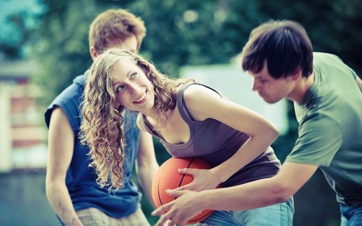 Wybierając zajęcia dodatkowe warto kierować się przede wszystkim rodzicielską intuicją i potrzebami dziecka. Fot. Chroma Stock